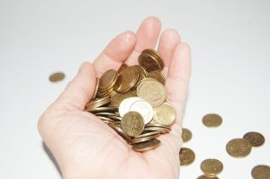 dłoń pełna groszy