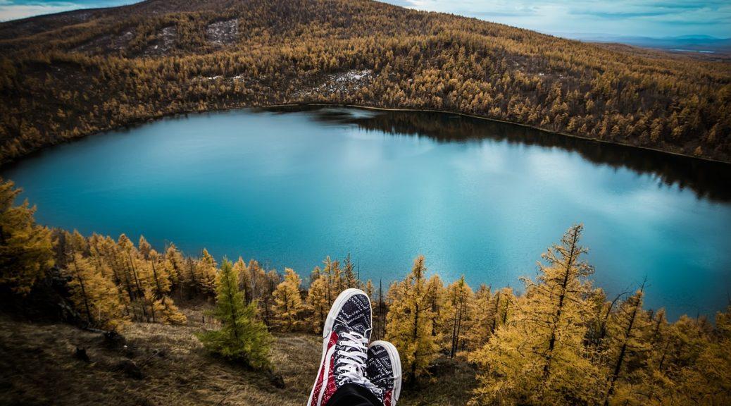 buty na tle jeziora